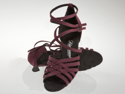 Dance shoes in a different color. Diamant dance shoes in burgundy suede leather